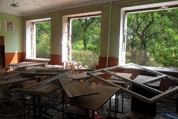 Поселок Трудовские в Донецке после обстрела: разрушенная школа и разбитая остановка