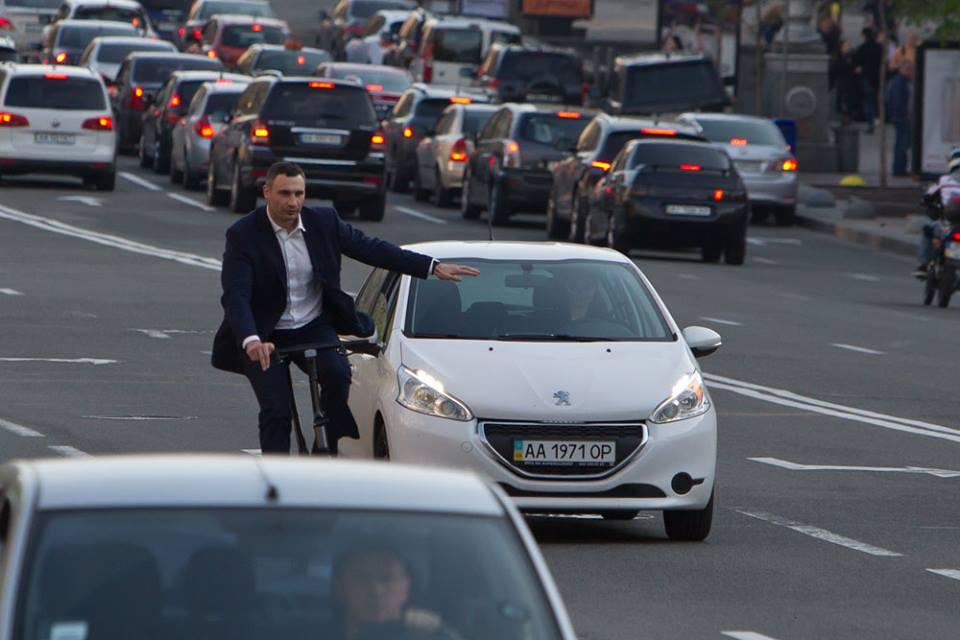 Кличко показал пример украинским политикам и теперь ездит по Киеву на велосипеде: журналисты выяснили стоимость транспортного средства