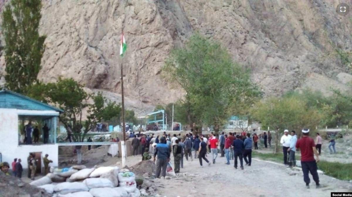 Силовики Таджикистана и Кыргызстана устроили перестрелку на границе: стягивается тяжелая военная техника