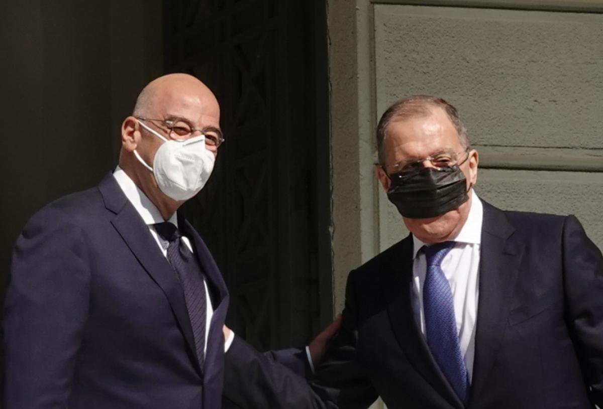 Над фото Лаврова в Греции смеются в соцсетях: глава МИД РФ неправильно надел маску