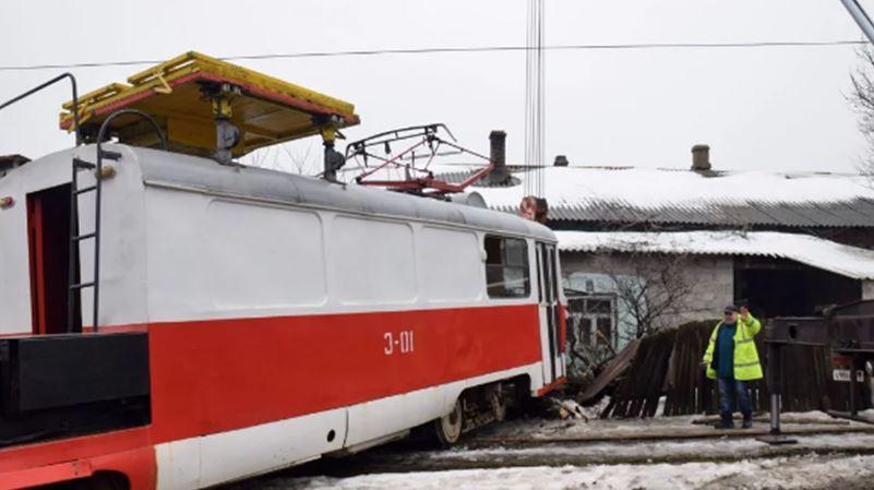 Первые кадры с места резонансного ДТП в оккупированном Донецке: в жилой дом врезался съехавший с рельсов трамвай – что известно об инциденте