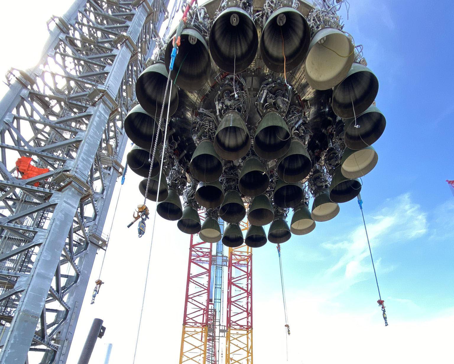 Маск показал уникальные кадры транспортировки гигантской ракеты Starship к месту старта