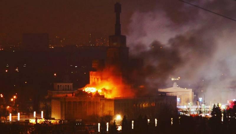 Москва пылает: в столице России вспыхнуло как спичка известное здание - ВДНХ, есть пострадавшие - кадры