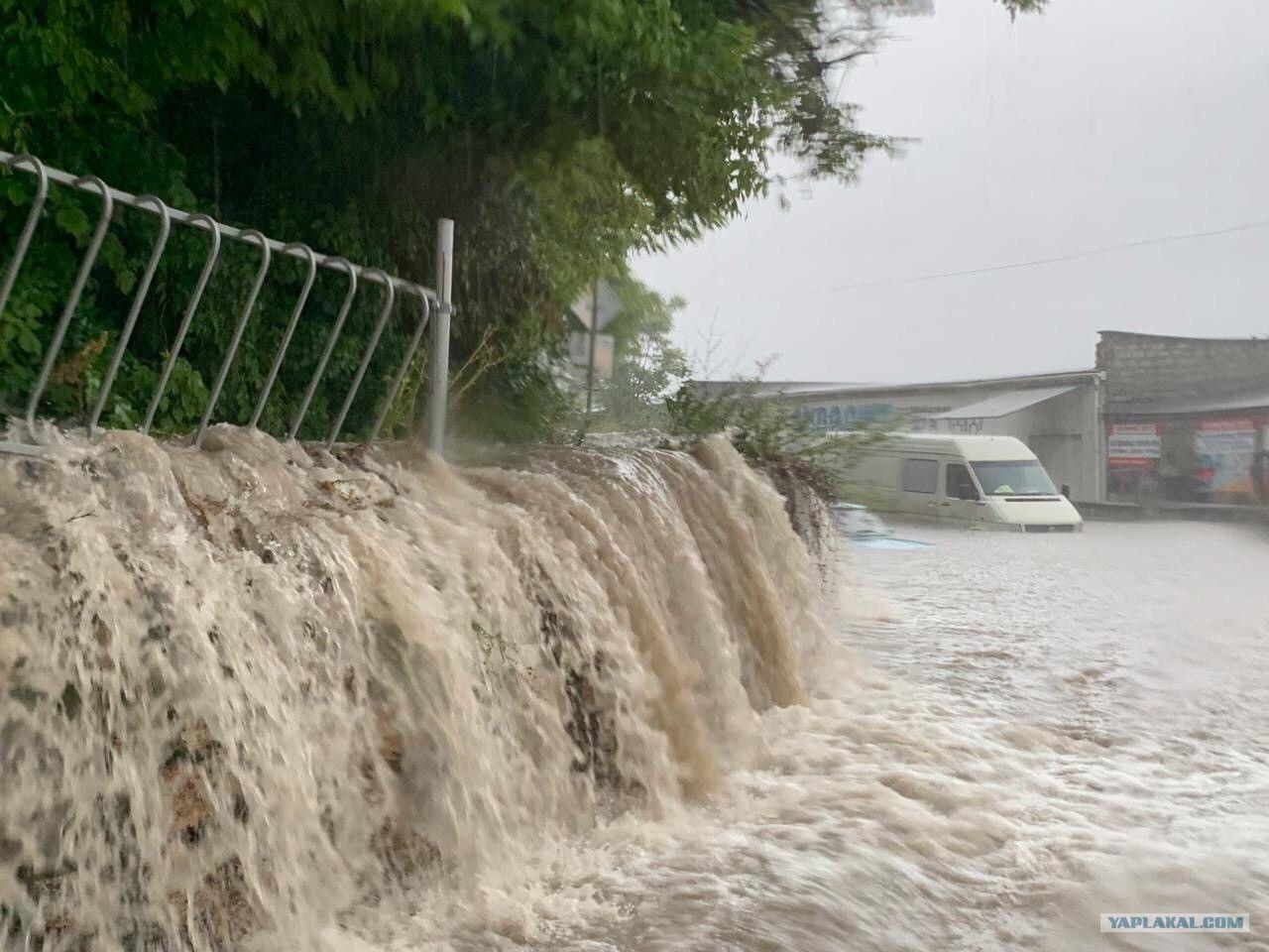 В Крыму ливень затопил аэропорт Симферополя: крыша не выдержала - вода залила терминал