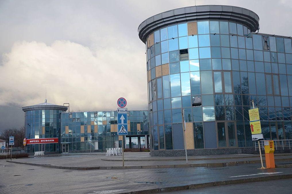 Мусор, трава и битые окна: в Донецке показали, что стало с ж/д вокзалом при оккупации РФ