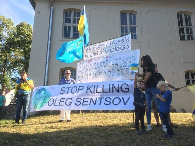 """""""Не издевайтесь над Украиной"""", - Путина в Германии встретили плакатами в поддержку умирающего в РФ Сенцова"""