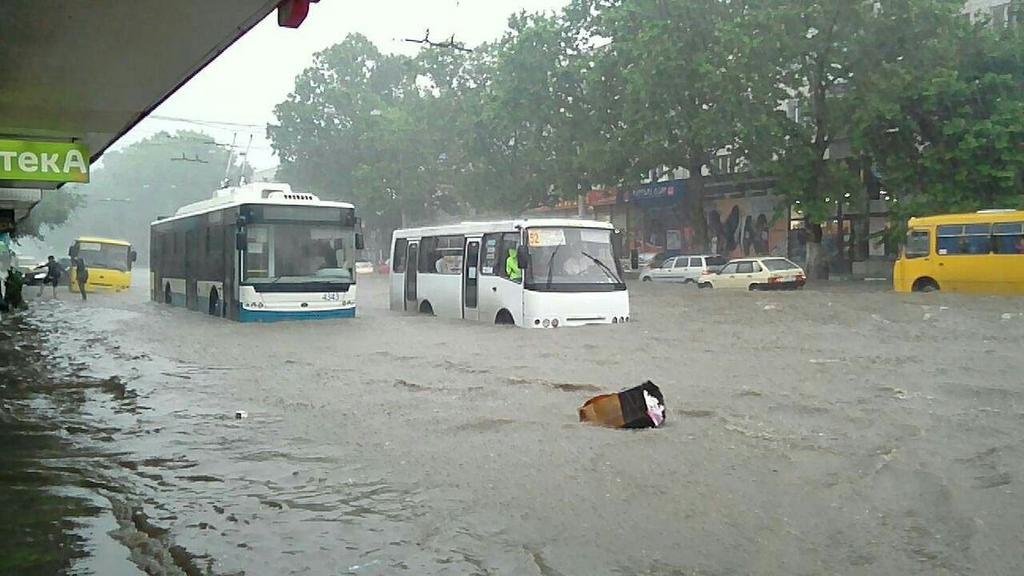 Оккупированный Крым заливает сильнейший дождь: крымчане переплывают затопленные дороги, чтобы добраться в безопасное место, такого здесь давно не видели. Опубликованы первые кадры
