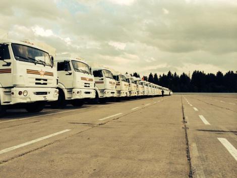 Грузовики с гуманитарной помощью пересекают границу с Украиной. Прямая трансляция