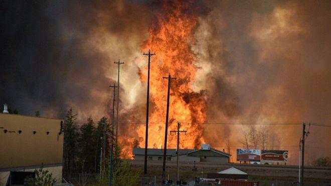 Масштабный пожар в Канаде: в Форт Мак-Маррее взрываются бензоколонки, жители - в огненной ловушке