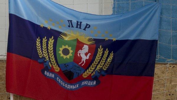 """Они все еще помнят нормальное лето и море, которые у них были в мирной Украине: в """"ЛНР"""" дети, протестуя против оккупации, сорвали и выкинули """"флаг"""" террористов"""