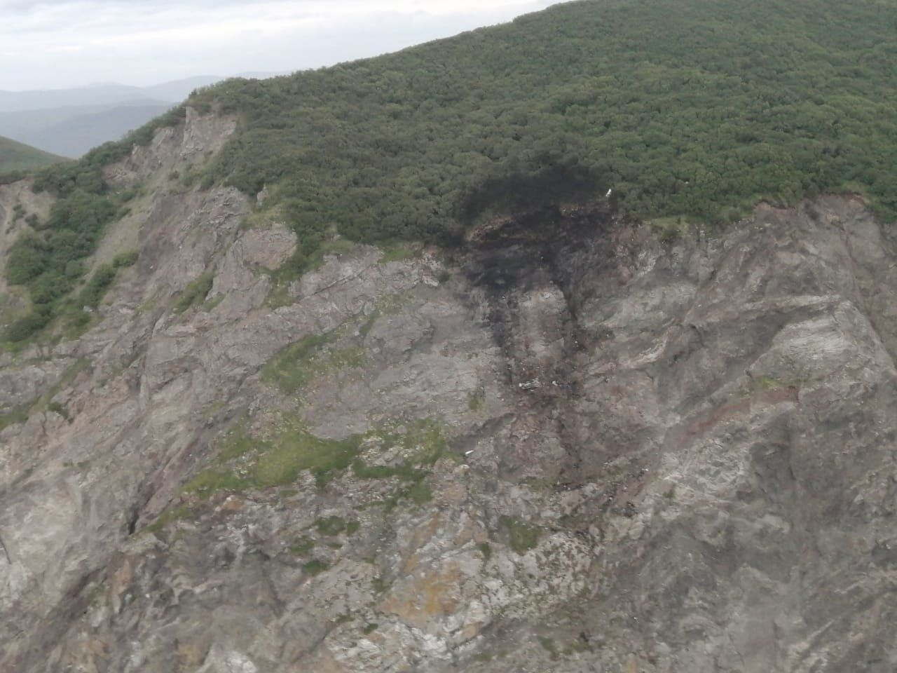 "Крушение самолета ""АН-26"" на Камчатке: спасатели нашли более десятка тел"
