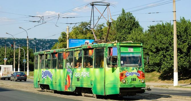 На металл и в Россию: в оккупированном Луганске на глазах у местных жителей люди в спецодежде разбирают рельсы - трамвайного движения уже не будет