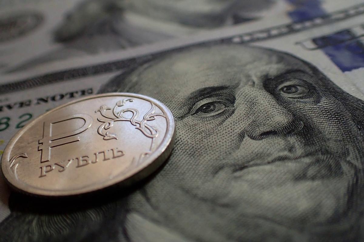 """В России курс евро побил рекорд 2016 года - в падении рубля обвинили """"Газпром"""""""