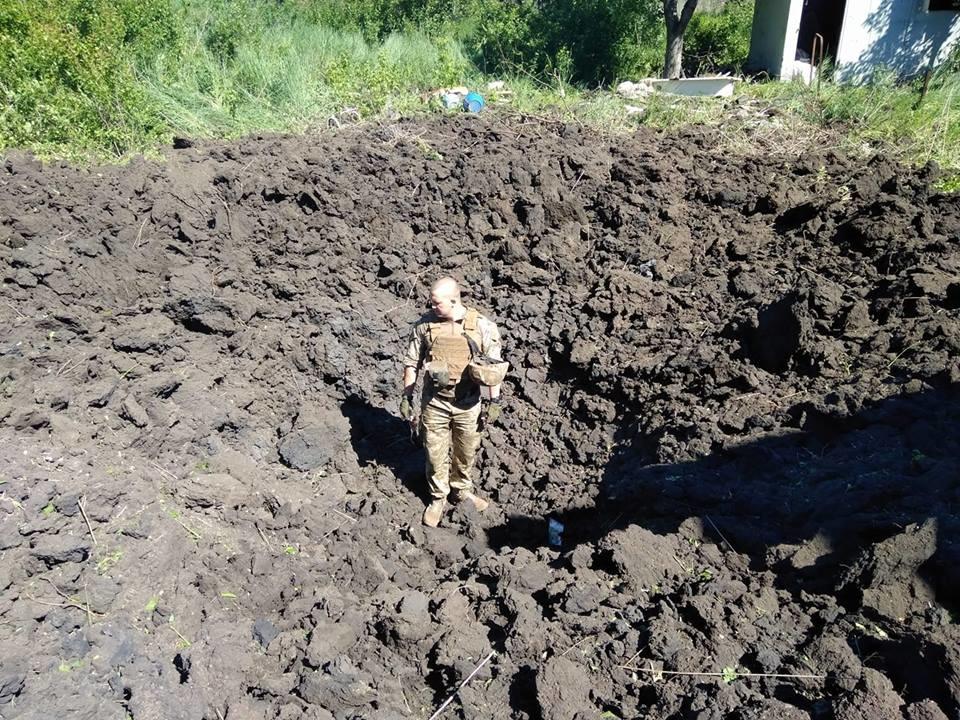 """Три метра глубиной и семь метров в ширину, вот такие последствия """"приветов"""" из """"маладой республики"""": украинские военные опубликовали фото атаки боевиков на Авдеевку"""