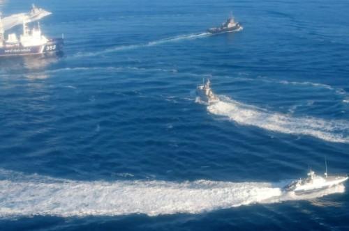 Беспредел РФ в Керченском проливе: корабли ВМС Украины заблокированы, российские силовики не прекращают стрельбу