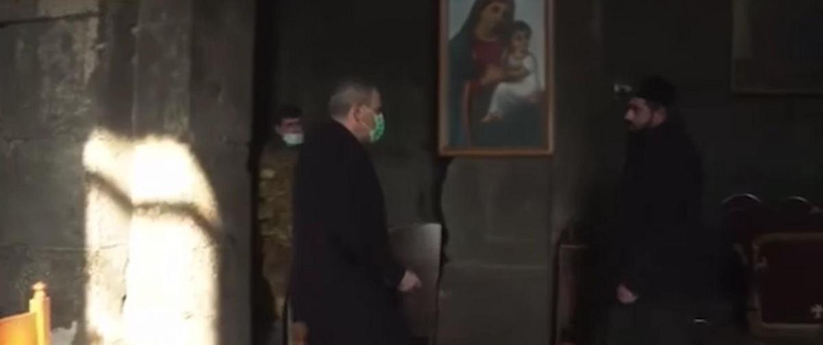 Пашинян оказался в центре неприятной истории: священник отказался пожимать ему руку