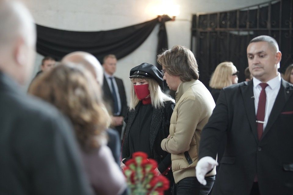 Пугачева расплакалась на похоронах Краснова и едва не упала в обморок: Галкин вовремя успел поймать супругу