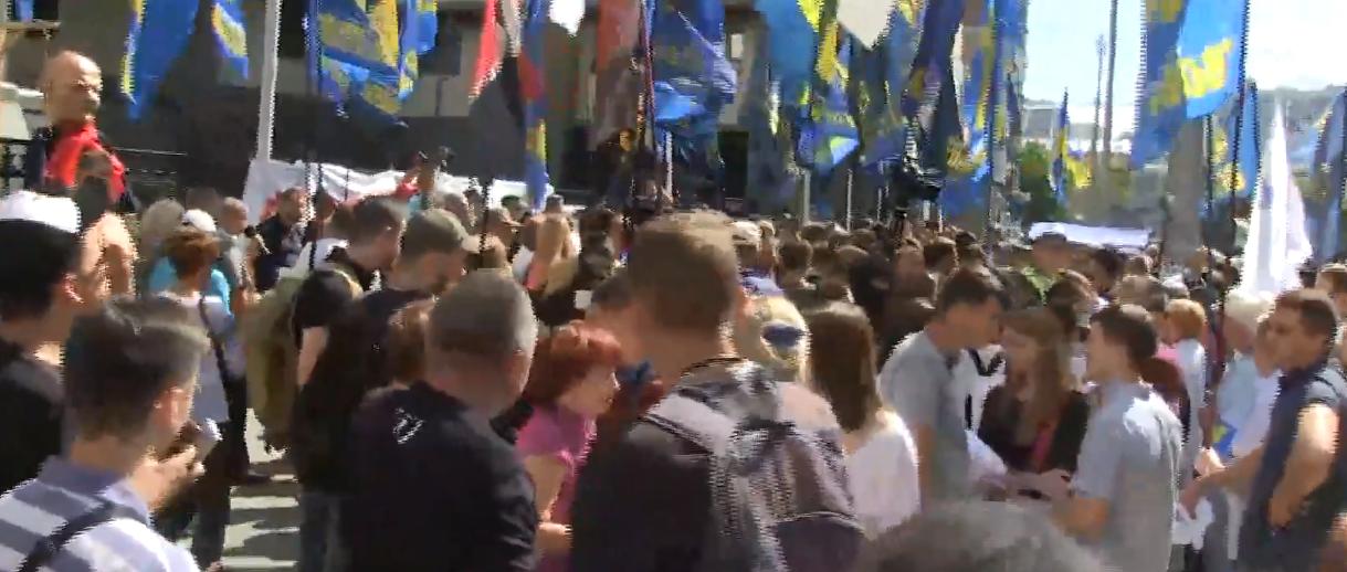 Отмена люстрации: появились горячие кадры митинга под Конституционным судом в Киеве – прямая трансляция