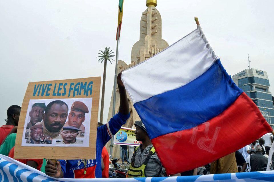 """Reuters: Кремль готовится к отправке 1000 """"вагнеровцев"""" для охраны хунты в Мали"""