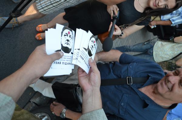 """Листовки от """"Правого сектора"""": Порошенко изображен с пулей во лбу"""