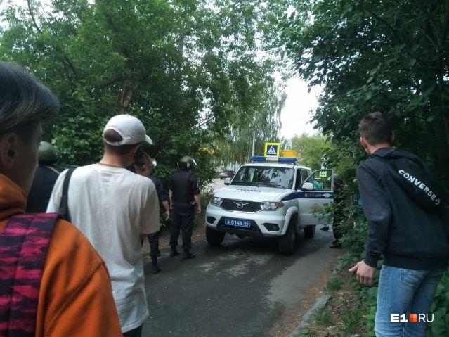 Отключили свет и газ: в Екатеринбурге спецназ начал штурм квартиры стрелка