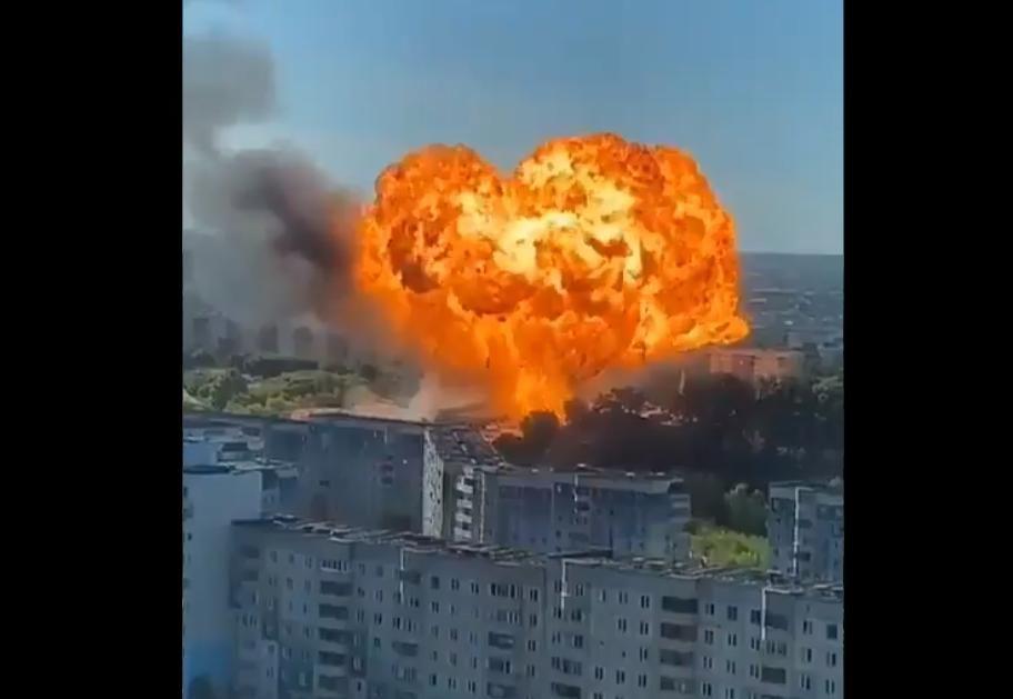 На АЗС в Новосибирске новый мощный взрыв: давление в гидрантах упало, тушить огонь нечем