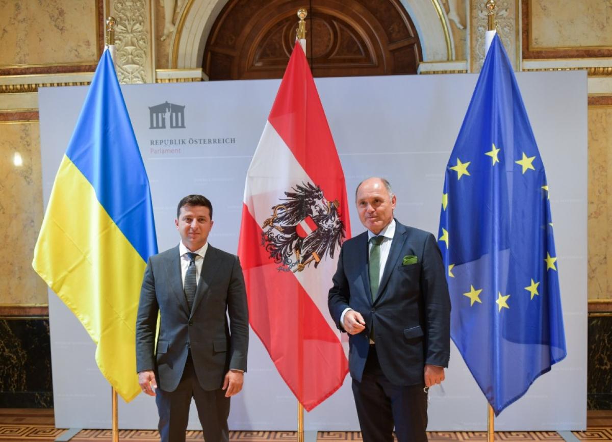 Зеленский назвал три условия проведения выборов на Донбассе