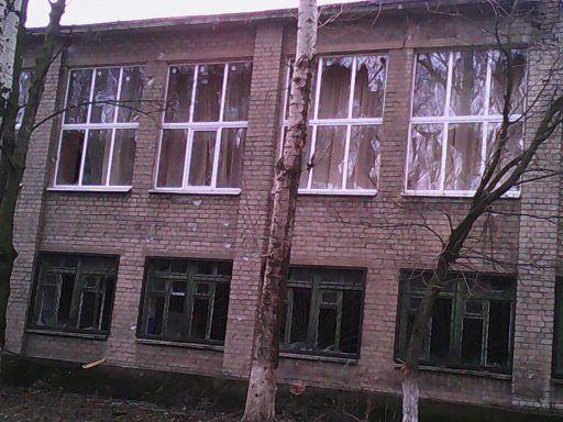 Последствия обстрела школ №2 и №5 в Авдеевке