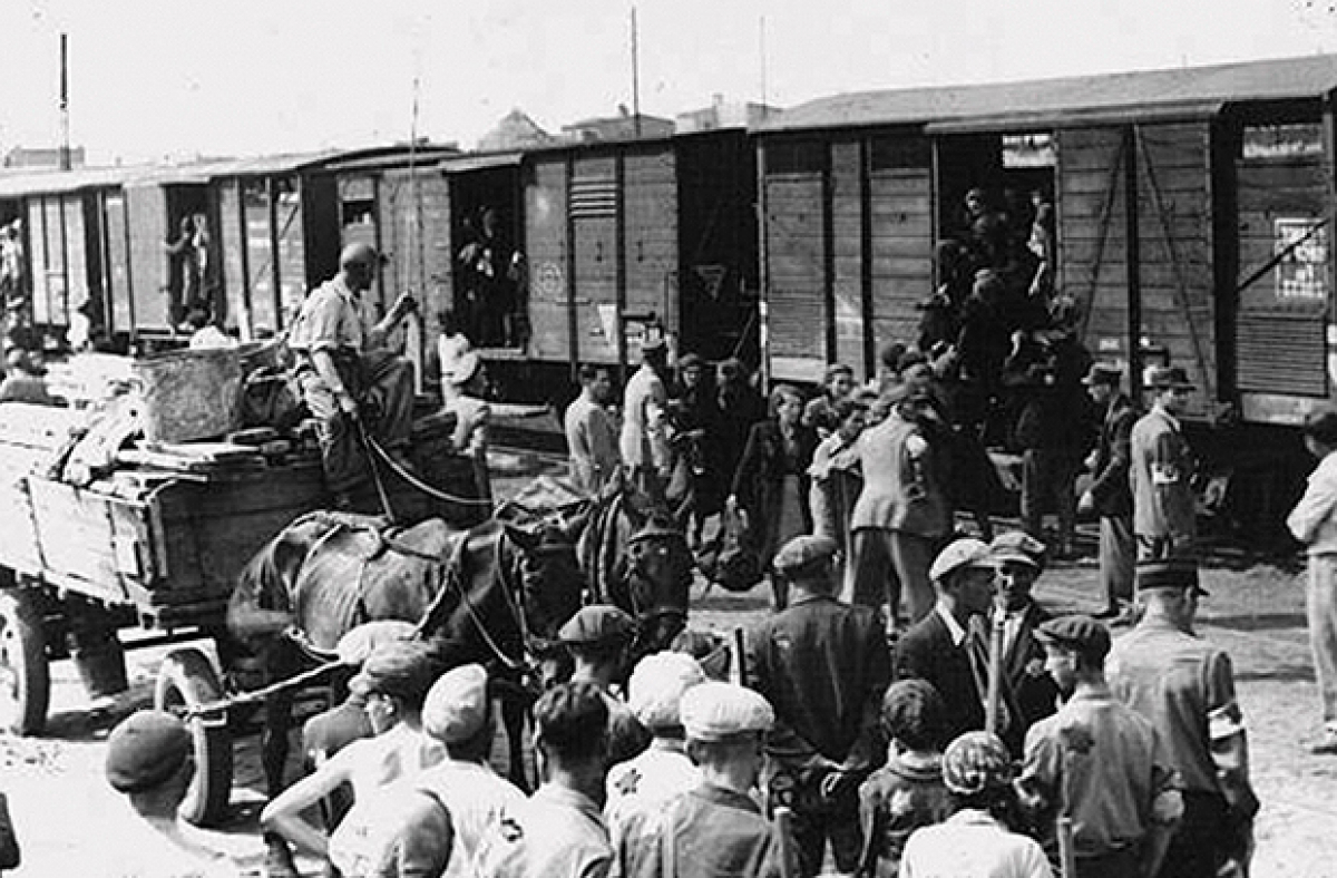 В трагическую для Украины дату в Сети показали историческое фото насильственной депортации украинцев в Сибирь