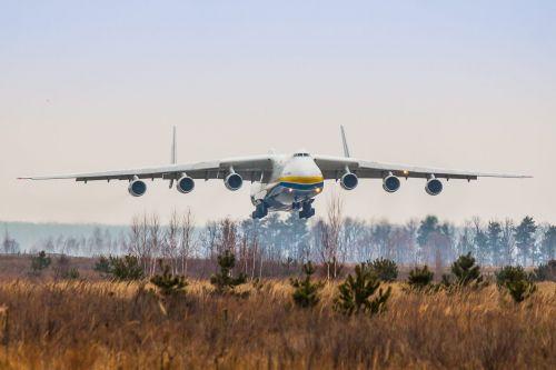 """Представьте себя за штурвалом гигантского лайнера: пилот Ан-225 """"Мрия"""" опубликовал зрелищное видео посадки самолета в условиях густого тумана"""