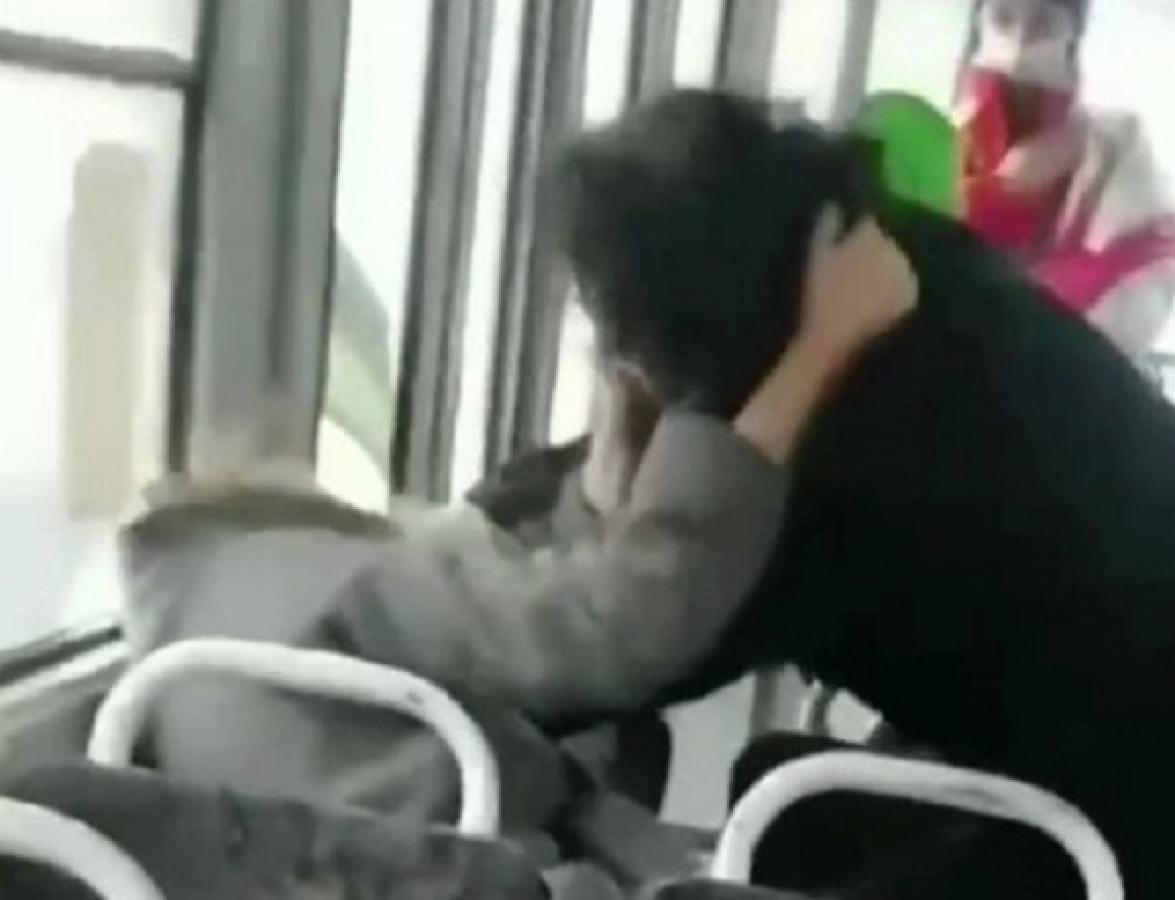 Женщины таскали друг друга за волосы и дрались в трамвае Киева из-за маски