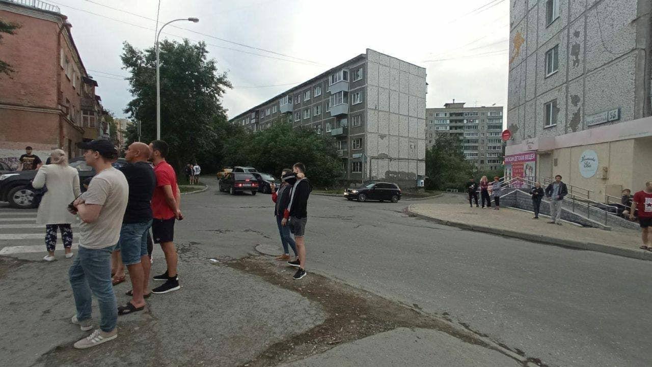 Экс-полицейский открыл стрельбу с балкона в Екатеринбурге: тяжело ранен ребенок, мужчина продолжает стрелять