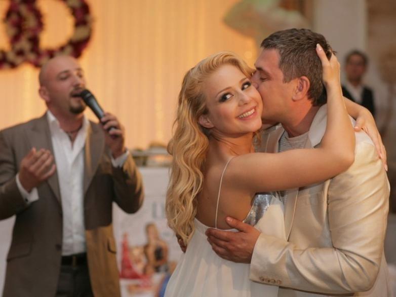 """""""Счастье в глазах"""", - Тина Кароль в важную для себя дату показала редкие фото со свадьбы с Евгением Огиром"""