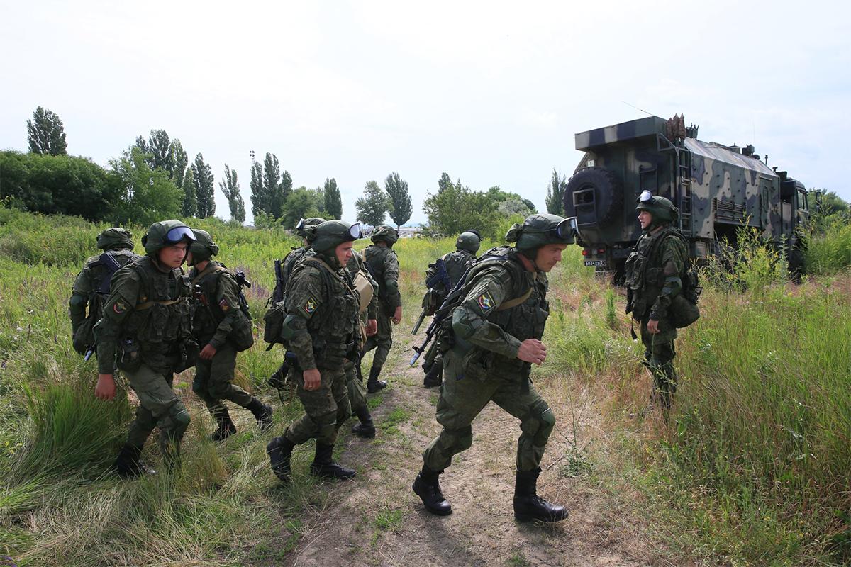 """""""Похоже на войну, огонь уже открыли"""", - жители Армении выложили кадры российской военной техники"""