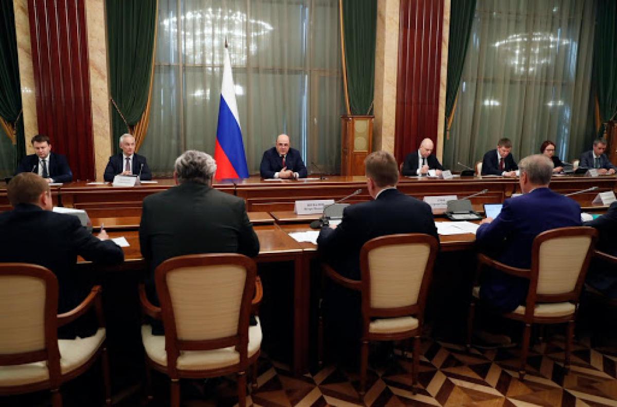 Bloomberg: Россия меняет бюджет из-за резкого падения цен на нефть и готовится занимать