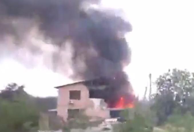Макеевка в огне: горит АЗС и жилые дома