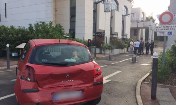 Месть за убийства ИГИЛ: под Парижем мужчина пытался протаранить группу людей у мечети