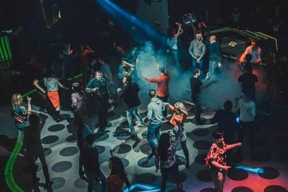 """Война нипочем: снимки из ночного клуба """"ДНР"""" возмутили пользователей сети"""