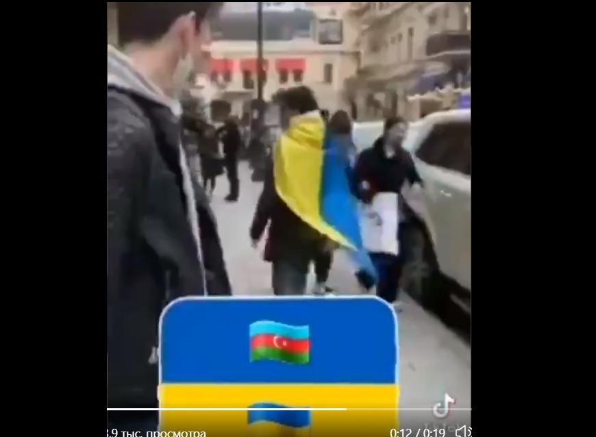 Реакция людей на флаг Украины в Азербайджане: блогер провел эксперимент и показал видео