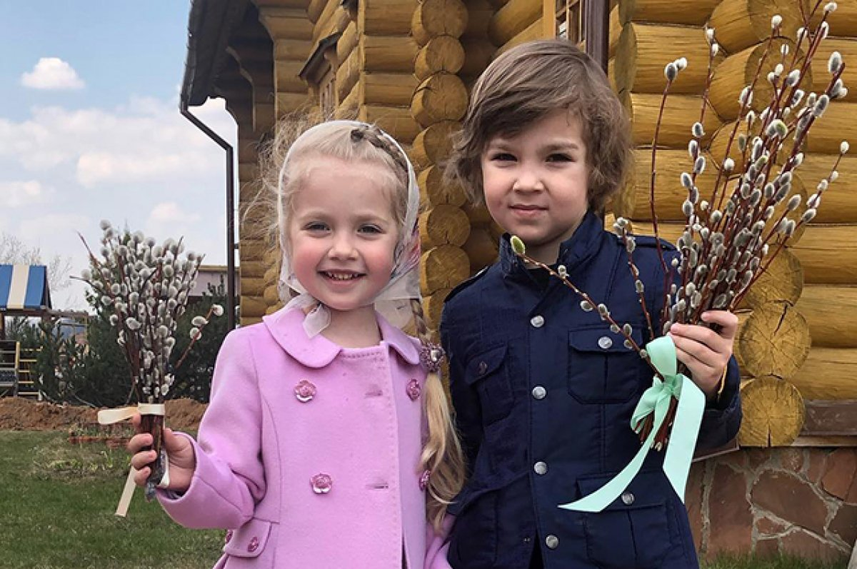 Дети Пугачевой и Галкина используют ритуал для защиты семьи от коронавируса, кадры