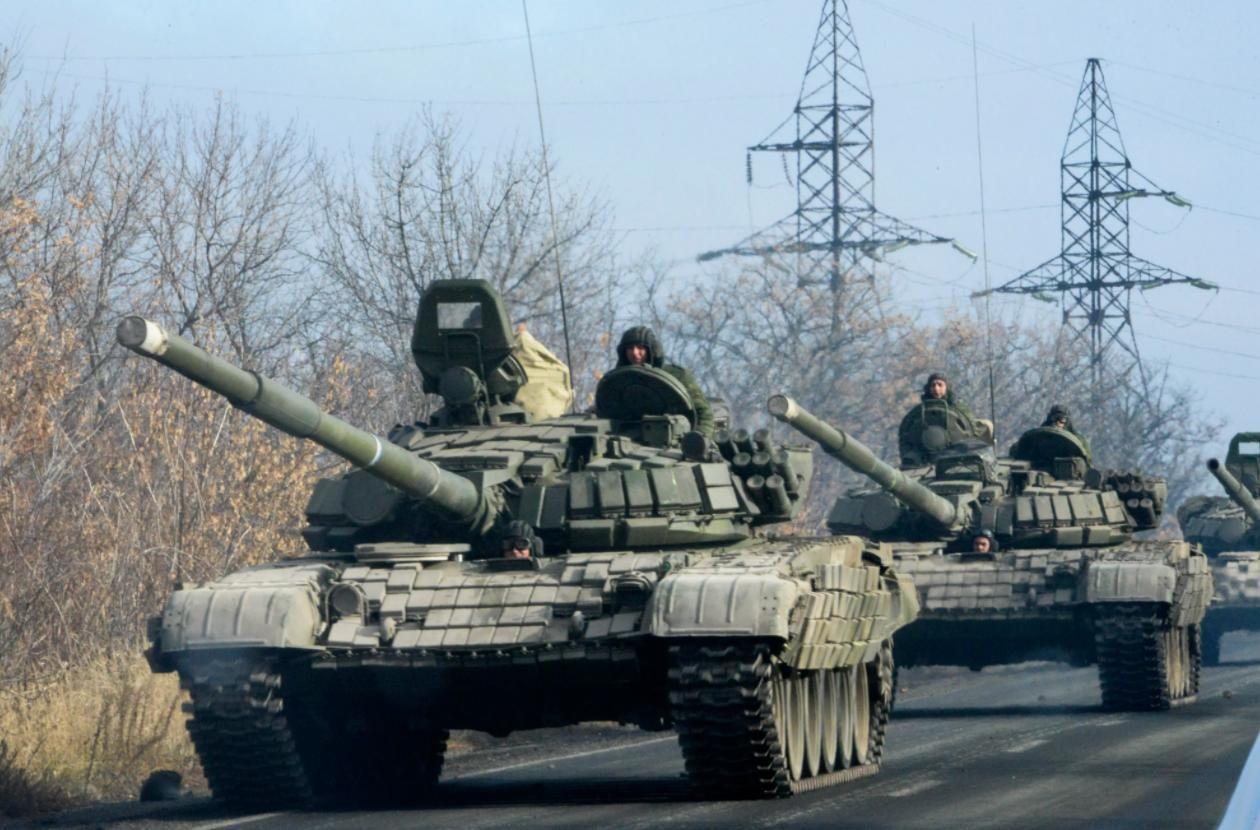 Под Минском разгружают колонну танков: Беларусь параллельно РФ концентрирует тяжелую бронетехнику с севера
