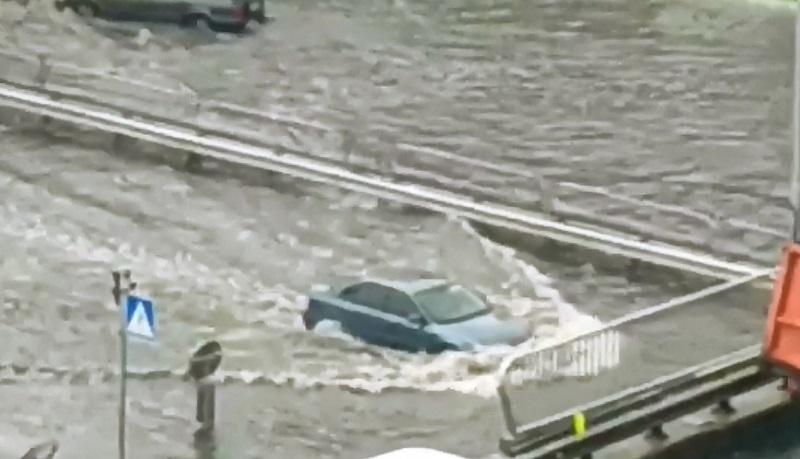 Венеция по-украински: после сильного дождя в Киеве наблюдается настоящий потоп – кадры