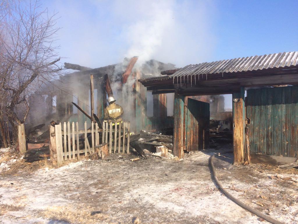 В России во время пожара родители выбежали из горящего дома, оставив умирать троих детей, – опубликованы кадры