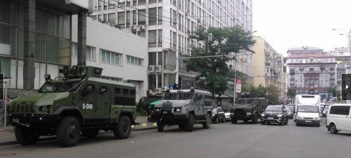 """Броневики, спецназ, охранники лицом на земле: в холдинге """"Вести"""" проходит обыск. Офис, радио и сайт газеты заблокированы – первые кадры"""