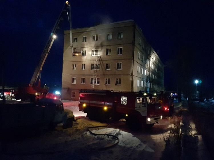 Дети сгорели заживо: в России после тушения крупного пожара в общежитии спасатели обнаружили пять трупов - кадры