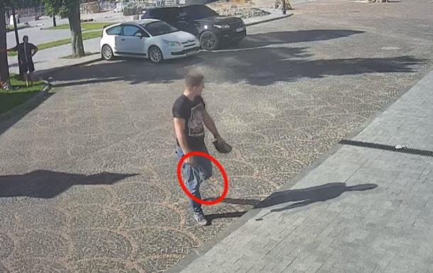 Проломленная голова, куча ссадин и кровь: в Одессе двое неизвестных на улице избивали прохожих, использовав металлические пруты, кирпичи и тротуарную плитку, - кадры
