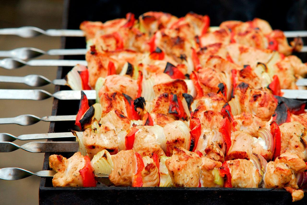 Секрет вкусного шашлыка по-кавказски из свинины на мангале: что важно знать, чтобы мясо получилось вкусным и сочным