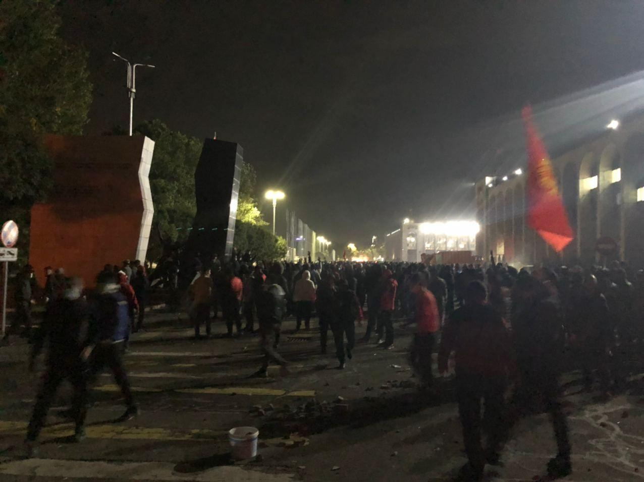 В Бишкеке протестующие ворвались в Белый дом – членов правительства срочно вывезли автомобилями
