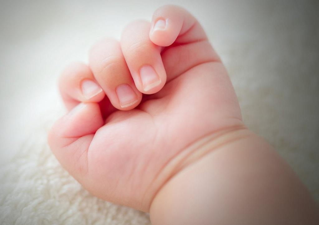 В России пьяный отец выкинул из окна квартиры 10-месячного сына: СМИ рассказали подробности страшной трагедии