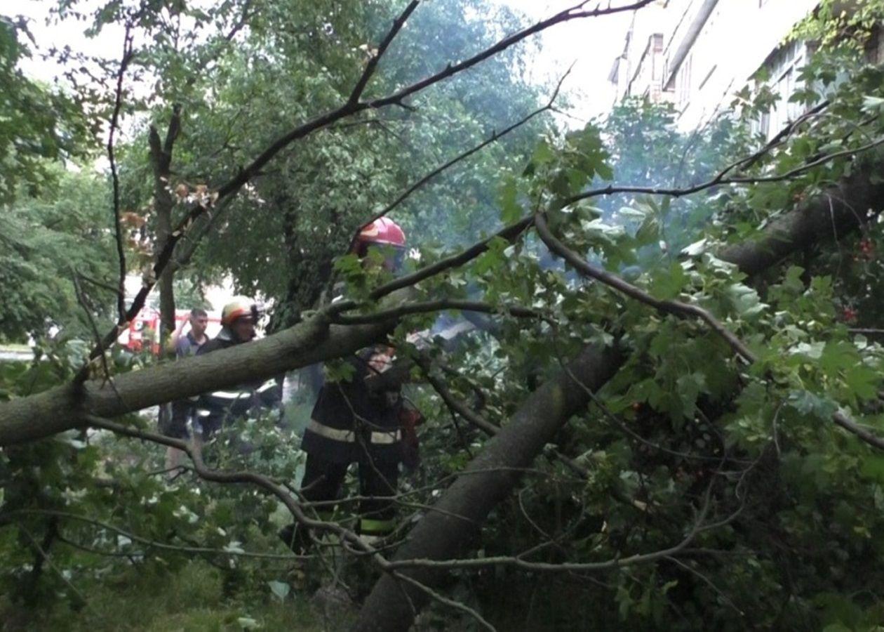 Затопленный ж/д вокзал, сорванные крыши: на Черновцы и Тернопольщину обрушился мощный ураган